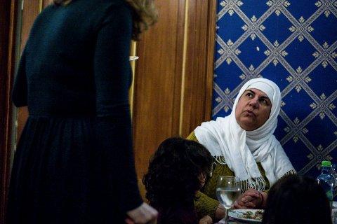 DIALOG: Mizda Shirwani fra Irak i samtale med ordfører Tuva Moflag under Middag på tvers på Waldemarhøy i Ski tirsdag.