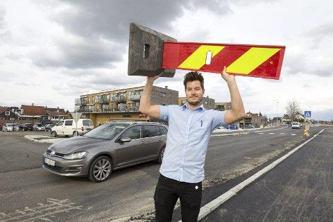 Åpnet: Butikksjef Jørgen Bjoner er jublende glad for at veien endelig er åpen for toveistrafikk til sentrum. FOTO: Bjørn V. Sandness