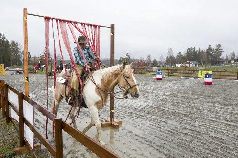 Western: Trine Bøhnsdalen og hesten gjorde en bra ekvipasje i øvelsen «Rance trail» Alle Foto: Bjørn V. Sandness