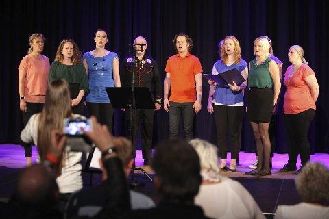 POPKORET: Under ledelse av Valborg Bakke lørdag, sang Popkoret velarrangerte poplåter.     BEGGE FOTO: ODD INGE RAND