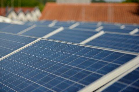 Solcellepaneler på taket av et hus.  Foto: Frank May / NTB scanpix