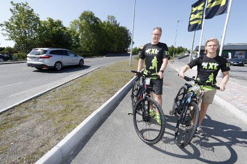 Reell konkurrent: Varehussjef Knut Alstad (til venstre) og Mathias Berge, selger fra sykkelavdelingen, ved XXL Ski selger elsykler som aldri før. Ikke minst fordi det er et reelt alternativ til å kjøre bil i et kaotisk Ski. BEGGE FOTO: STIG PERSSON