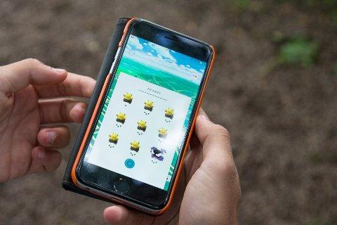 Oslo  20160714. Spillet Pokémon Go på en mobiltelefon i Vigelandsparken. NB! MODELLKLARERT Foto: Audun Braastad / NTB scanpix