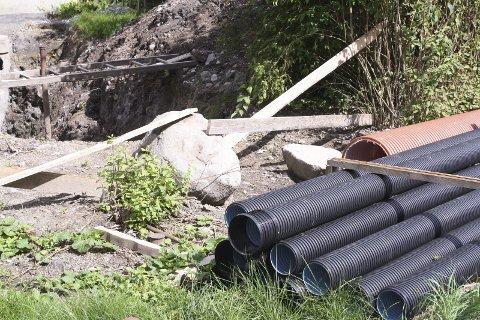 VARIERER: De kommunale avgiftene skal dekke selvkost, derfor varierer de fra kommune til kommune. Selv om Ås kommune har store utgifter til renovering og utbygging av vann- og avløpsnettet, som her i Liaveien, ligger kommunen lavest på statistikken i Follo. FOTO: KARIN HANSTENSEN