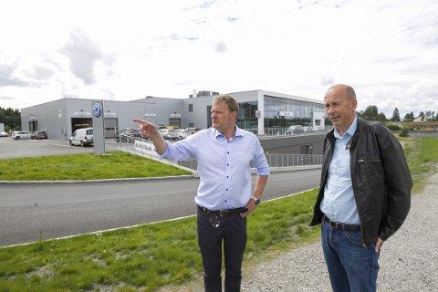 Fornøyd: Daglig leder i Møller Bil Follo, Terje Grøndahl, er godt fornøyd hjelpen de fikk fra Ås kommune, da de skulle bygge  nytt bygg på Nordby. Det er ordfører i Ås ,Ola Nordal glad for å høre. FOTO: BJørn V. Sandness