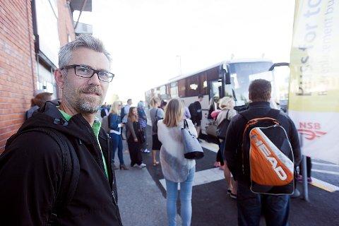 Onar Aanestad var godt forberedt til ukens buss for tog. Han ser frem til at Follobanen blir klar i 2021. Foto: Ole Kr. Trana
