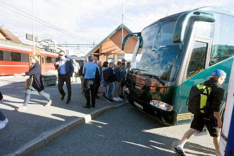 Slik så det ut på Ås stasjon mandag morgen. Alle togpendlerne ble effektivt loset ombord i sine respektive busser som tok dem videre mot arbeidsplassen. Foto: Ole Kr. Trana.