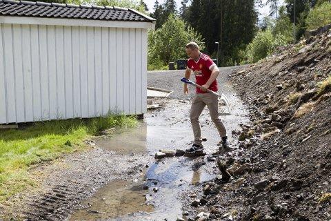 Vått: Fredrik Strandberg må ha balansen i orden om han skal ta seg en tur ut i hagen. FOTO: BJØRN V. SANDNESS