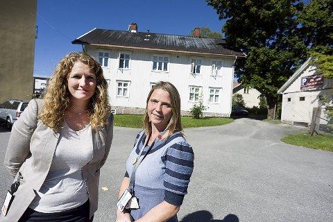 Skysstasjon: Ordfører Tuva Moflag og varaordfører Camilla Hille, står her foran den gamle Sand skysstasjon i bunnen av Kirkeveien. I dag er det utleieleiligheter i huset.foto:ole kr. trana