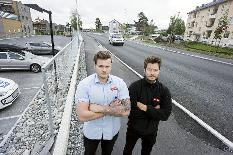 Fornøyd: Assisterende butikksjef, Gard Kirkeng, til venstre og butikksjef Jørgen Bjoner er veldig fornøyd med politiets innsats.foto: Ole Kr. Trana