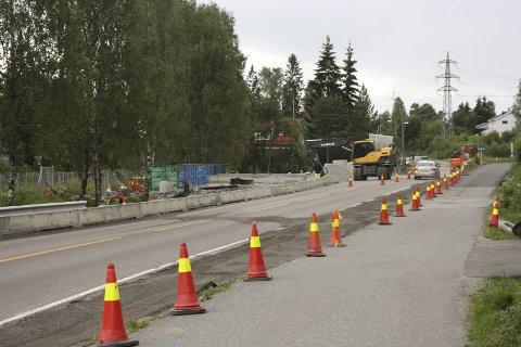 Forsinket: Ferdigstillelse 1. juli har blitt til en gang i oktober. Vegvesenets arbeid stoppet da kommunen ville legge ned kummer.