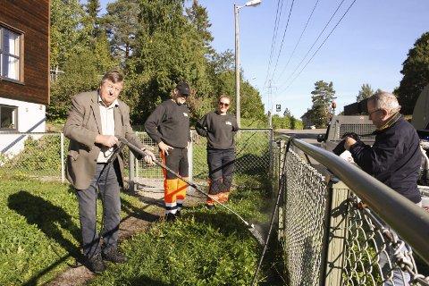Giftfritt: Utvalgsleder Kjell G. Pettersen (H) gleder seg over at Oppegård kommune har fått en metode for ugressbekjempelse, helt uten gift. Per Kristiansen og Melanie Geitz demonstrerer.FOTO: VIVI RIAN