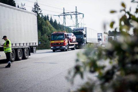Kontroll av alle tunge kjøretøy på Taraldrud kontrollstasjon.