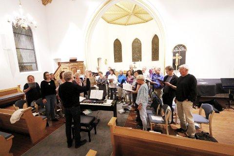 I AKSJON: Ås kirkekor med dirigent Jostein Grolid i aksjon under øvelsen torsdag kveld. FOTO: STIG PERSSON