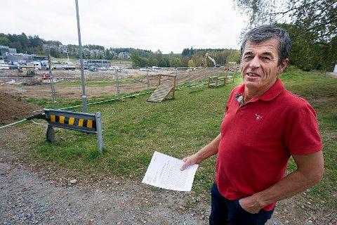 Thorvald Sverdrup i aksjonsgruppen BevareÅs liker særdeles dårlig Skis annektering avÅs. Her ved tomten til Solberg skole som skal stå ferdig i 2018. Foto: Ole Kr. Trana