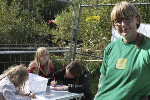TEGNER:  Djelka, Carl Ivar og Camilla Hille tegner en tegning som kunstner Maren Dagny Juell skal lage en video ut av.