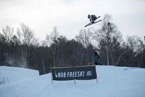 Ferdinand Dahl debuterte på seniorlandslaget forrige helg. Her er 18-åringen i aksjon under Big Air-konkurransen på Dombås tidligere denne måneden. Juniorlandslagsløperen tok der en sterk 6. plass i norgescupen for senior.