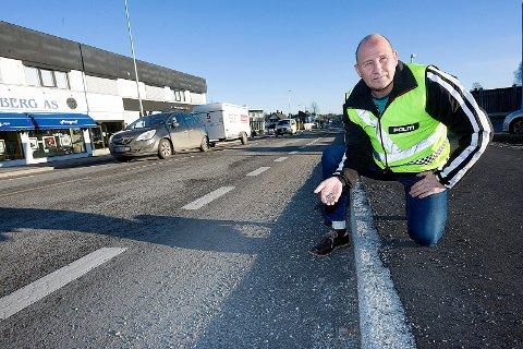 UFORSVARLIG: Trafikkoordinator ved politiet i Follo, Terje Tutturen reagerer på det manglende vedlikeholdet av Nordbyveien. FOTO: Ole Kr. Trana