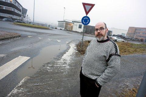 LEI: Morten Hagen passerer denne rundkjøringen til og fra jobb hver dag. Nå er han lei av hvordan det ser ut. Foto: Ole Kr. Trana