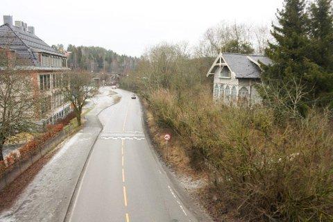 På venstre side blir det ny gang- og sykkelvei. Huset på høyre side må rives for å bygge nytt kryss ved avkjøring fra jernbanebroa til Skiveien.