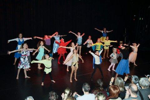 SPRUDLENDE: Dansere fra fire til nærmere 20 år ga alt og viste stor danseglede på scenen da danseklubben Move On i helgen inviterte til et forrykende nyttårsshow.