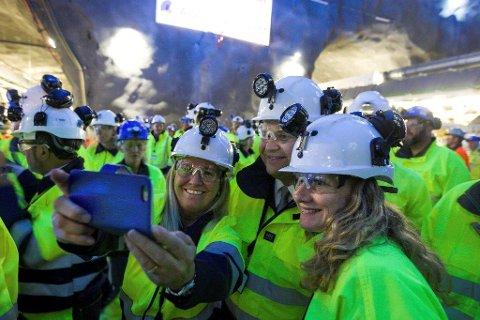 SAMMEN OM NAVNEFORSLAG: Anne Kristine Linnestad, gruppeleder i Ski Høyre (til venstre), og ordfører Tuva Moflag, Ap, synes Folloporten er et bedre navn enn Blixtunnelen.