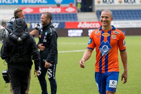 POSITIV: Edvard Skagestad (t.h.) går glisende av banen etter å ha utlignet for Aalesund to minutter på overtid mot Rosenborg på Color Line Stadion i fjor. Nå er han ferdig som AaFK-spiller, men har så vidt begynt som fotballspiller.