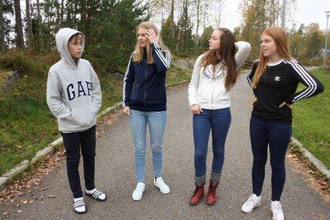 """TRIVSEL: Sosial status har også mye å si for trivsel, tror Rakel (nr 3 fv). Hun, Theo, Sara Lill og Sala undrer seg over at noen blir """"de populære"""" og får status. - Hvem har bestemt at den og den er populær? spør Theo."""