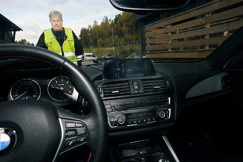 DITT ANSVAR: Aage Kristiansen ved trafikkstasjonen på Taraldrud opplever dessverre alt for ofte at bilførere ikke ha satt seg inn i bilens funnksjoner.