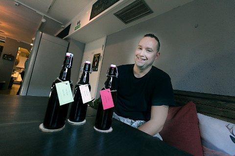 STOLT: Kafe-driver Bertil Lundwall er stolt av sitt nye øl og håper folk vil sette pris på det.
