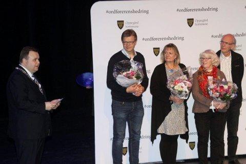 HEDRET: Frivillighetsprisen 2016 gikk til Helle Gravli (nr 3 fv). Nominert var også Frode Saastad (nr 2 fv) og May og Bjørn Engebretsen (th). Ordfører Thomas Sjøvold står for overrekkelsen.