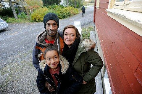 INNSAMLING: Datter Nadine Hegvold Sorhaindo, med pappa Che Sorhaindo og mamma Jannicke Hegvold samler inn penger til ofrene etter orkanen Maria.