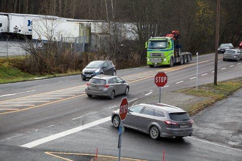 Stopp: Den korte tiden ØB var på stedet for å ta bilde, var det flere biler som droppet å stoppe og prioriterte å komme seg ut i luken. Bilen på bildet fulgte skiltet.
