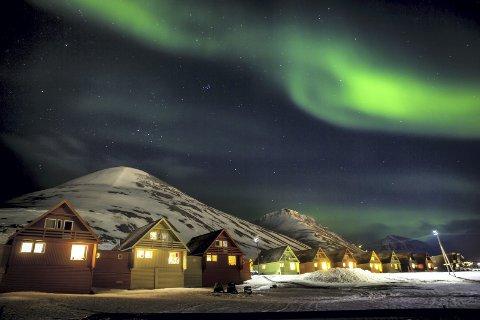 NORDLYS: – Er du heldig, kan du se nordlyset mens du varmer deg på et glass gløgg i gågata i Longyearbyen på Svalbard, sier Øivind Skar, redaktør i bladet BIL. FOTO: Heiko Junge / NTB scanpix