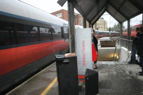 TØMTE BRANNSLUKKINGAPPARAT: Da ungdommene kom ned til Kolbotn stasjon, skal brannslukkingsapparatene ha blitt utsatt for hærverk.