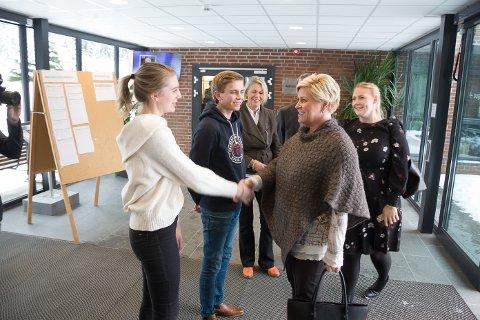 Mottakskomite: Elevene Maia Gaarder og Sondre Kornstad tok imot ministeren sammen med rektor Siv Gulseth.