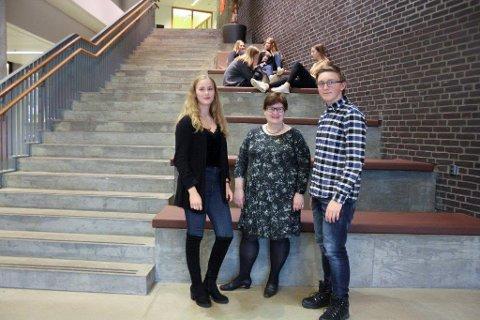 KLAR EFFEKT: Både elevrådsleder Vilde Brødholt Vikene, rektor Anne Karin Øksnevad og yrkesfagelev Oddvin Preinstad ser at fraværsreglene har hatt effekt.
