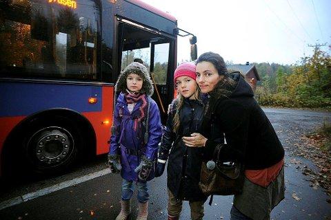 IKKE FORNØYD: Mamma Maja S. K. Ratkje mener døtrene Marte og Fride har krav på trygg skoleskyss fra dag én, ikke fra 1. februar.