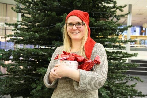 NISSEMOR: Ida Madeleen Moe i Frivilligsentralen tar imot julegaver som folk vil gi til dem som ikke får så mange.