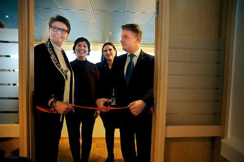 ÅPENT: Ordfører Hanne Opdan og Justis- og beredskapsminister Per-Willy Amundsen sto for den høytidlige snorklippingen. De ansatte, Cecilie Matre, til venstre og Blazka Papova smilte stolt.