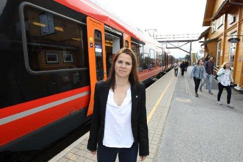 PÅ STORTINGET: Solveig Schytz (V) debuterer på Stortinget med å stille spørsmål til samferdselsministeren om forholdene for togpendlerne mellom Oslo og Ski.