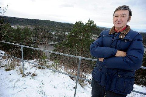 KLAGER: Bjørn Lunder titter rett over på skytebanen. Han er veldig lite fornøyd med støyen fra banen.