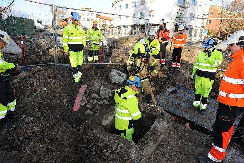 MYSTISK TUNNEL: Jernbanearbeiderne oppdaget en ukjent tunnel under Jernbaneveien som stoppet arbeidet.