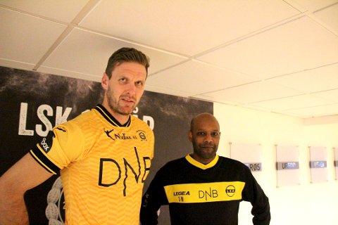 KLAR FOR NYTT ÅR: Frode Kippe og sportssjef i LSK Simon Mesfin er enige om en ny ettårskontrakt. Dermed kan stopperkjempen feire 40-årsdagen som LSK-spiller.