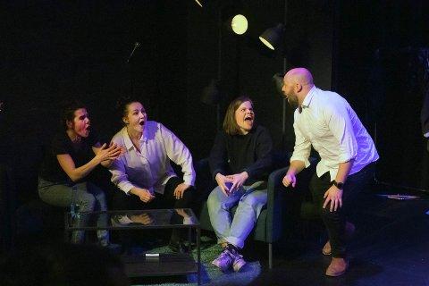 SHOW: Fra venstre Ingvild Haugstad, Cathrine Frost Andersen, Sofie Sleipnes og Simen Hovd hadde det gøy på scenen fredag kveld.