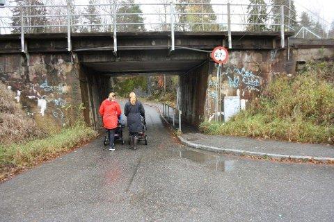 TRAFIKKFARLIG: Allerede i dag er undergangen skummel. Anette Brunvoll og Elisabeth Høgseth kan ikke en gang bruke fortauet med barnevognene. Anleggstrafikk er den hvert fall ikke dimensjonert for.