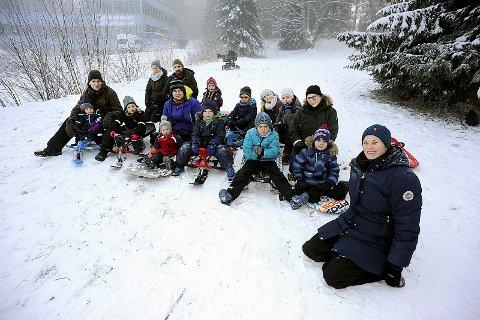 BER OM STØTTE: Velleder Erika Lundin, foran til høyre, ønsker å få på plass en ny leke- og møteplass i Ski.