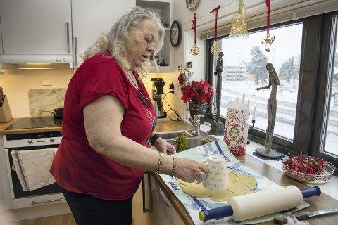 1 Juleforberedelser: Hos Inger-Johanne Henriksen Serrano våknet interessen for baking da hun måtte ta en pause fra stikkingen. Her skal det bli linser.