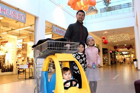 SKØYTER: Barna Emeline, Anabell og Leon er storfornøyde med årets gaveinntak, og er på Vinterbro for å kjøpe skøyter som er på tilbud i romjulen.