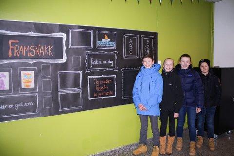 PLAKATER: Patrick Helland Anderson, Beate Lysne, Maria Mikaelsen og Axel Bjurstrøm fra elevrådet er stolte av det elevene ved skolen har gjort for å bedre miljøet.